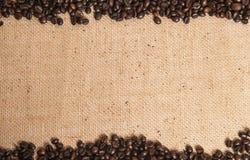 Koffiebonen op jutezak Stock Afbeelding