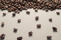 Koffiebonen op Neutraal Gray Background De donkere Koffie van het Braadstuk Stock Fotografie