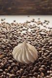 Koffiebonen op Neutraal Gray Background De donkere Koffie van het Braadstuk Mering Royalty-vrije Stock Afbeeldingen