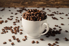Koffiebonen op Neutraal Gray Background De donkere Koffie van het Braadstuk wit Stock Fotografie