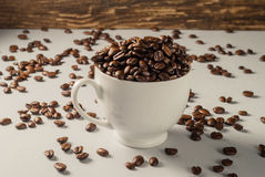 Koffiebonen op Neutraal Gray Background De donkere Koffie van het Braadstuk wit Stock Foto's