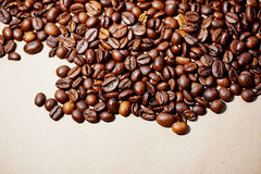 Koffiebonen op pakpapier Stock Fotografie