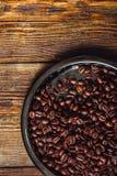 Koffiebonen op plaat royalty-vrije stock afbeelding