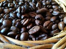 Koffiebonen op rotanmand Stock Foto