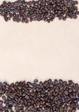 Koffiebonen op uitstekende achtergrond, malplaatje voor menu, textuur van de stof Royalty-vrije Stock Foto