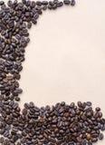 Koffiebonen op uitstekende achtergrond, malplaatje voor menu, textuur van de stof Stock Foto