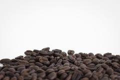 Koffiebonen op wit gebied als achtergrond voor exemplaarruimte Royalty-vrije Stock Afbeelding