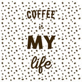 Koffiebonen op witte achtergrond en hand geschreven citaatkoffie i Stock Fotografie