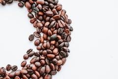 Koffiebonen op witte achtergrond met exemplaarruimte stock fotografie