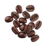 Koffiebonen op witte dichte omhooggaand worden geïsoleerd die als achtergrond stock afbeelding