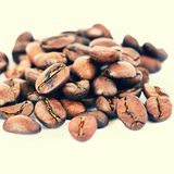Koffiebonen op witte schone achtergrond Vers geroosterde bemerkte koffie voor espresso 100% Arabica Stock Fotografie