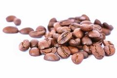 Koffiebonen op witte schone achtergrond worden geïsoleerd die Vers geroosterde bemerkte koffie voor espresso 100% Arabica Royalty-vrije Stock Afbeeldingen