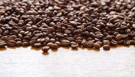 Koffiebonen over oppervlakte 6 worden verspreid die stock fotografie