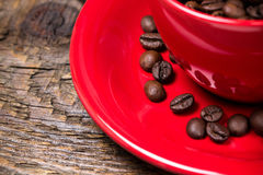 Koffiebonen in rode kopclose-up Stock Afbeeldingen