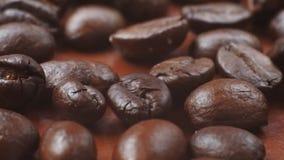Koffiebonen terwijl het roosteren stock footage