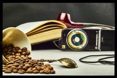 Koffiebonen, theelepeltje, blootstellingsmeter, mok en rokende pijp Royalty-vrije Stock Fotografie