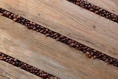 Koffiebonen tussen de latjes worden verspreid dat Royalty-vrije Stock Foto
