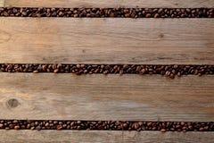 Koffiebonen tussen de latjes worden verspreid dat Royalty-vrije Stock Afbeelding