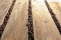 Koffiebonen tussen de latjes worden verspreid dat Royalty-vrije Stock Fotografie