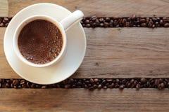 Koffiebonen tussen de latjes worden verspreid dat Stock Fotografie