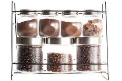 koffiebonen in verschillende kruiken royalty-vrije stock afbeelding