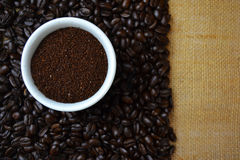 Koffiebonen in witte kop op jute Stock Foto