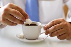 Koffieboon die op een mobiele telefoon liggen Royalty-vrije Stock Foto's