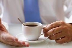Koffieboon die op een mobiele telefoon liggen Royalty-vrije Stock Afbeelding