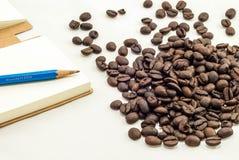 Koffieboon en Blocnote royalty-vrije stock afbeeldingen