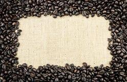 Koffieboon en Jutekader stock foto's