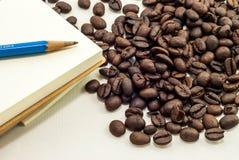 Koffieboon met Sketchbook stock afbeeldingen