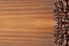 Koffieboon op een bruine houten achtergrond stock afbeelding