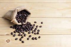 Koffieboon op oude houten lijst Royalty-vrije Stock Afbeelding