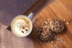 Koffiecappuccino in een kop voor ontbijt voor een voetbalventilator Royalty-vrije Stock Afbeelding