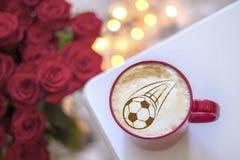 Koffiecappuccino in een kop voor ontbijt voor een voetbalventilator Royalty-vrije Stock Foto's