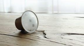 Koffiecapsules op houten rustieke lijst Stock Fotografie