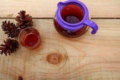 Koffiedranken op houten lijsten worden gediend die royalty-vrije stock afbeeldingen