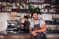Koffieeigenaar die zich bij de teller bevinden Royalty-vrije Stock Fotografie