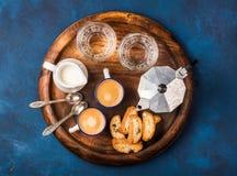 Koffieespresso, cantucci, koekjes en melk op houten dienende raad royalty-vrije stock fotografie