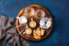 Koffieespresso, cantucci, koekjes, melk en water op houten raad royalty-vrije stock foto