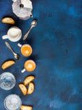 Koffieespresso, koekjes en melk over donkerblauwe verticale achtergrond, royalty-vrije stock foto's