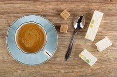 Koffieespresso in kop op schotel, suiker, lepel, noga met marmelade op lijst Hoogste mening stock foto