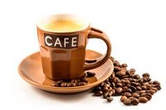 Koffieespresso met bonen die op wit worden geïsoleerd Royalty-vrije Stock Foto