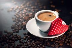 Koffieespresso met koffiebonen op een achtergrond en een rode pluche Royalty-vrije Stock Foto