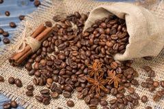 Koffiegraangewas op jute, kruiden, kaneel wordt opgestapeld die en tubin Stock Foto's
