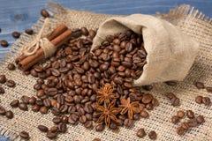 Koffiegraangewas op jute, kruiden, kaneel wordt opgestapeld die en tubin Stock Afbeeldingen