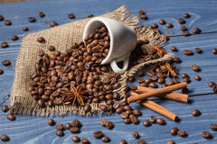 Koffiegraangewas op jute, kruiden, kaneel wordt opgestapeld die en tubin Royalty-vrije Stock Afbeelding