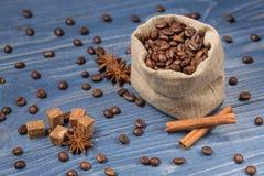 Koffiegraangewas op jute, kruiden, kaneel wordt opgestapeld die en tubin Stock Fotografie
