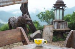 Koffiehoek op houten lijst Stock Afbeeldingen