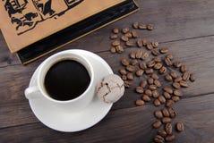 Koffiekop, bonen en boek Royalty-vrije Stock Foto